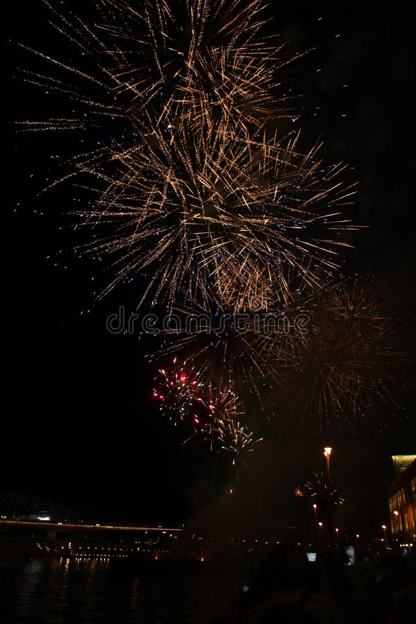 Fireworks et témoins. Bienvenue à Moscou images libres de droits