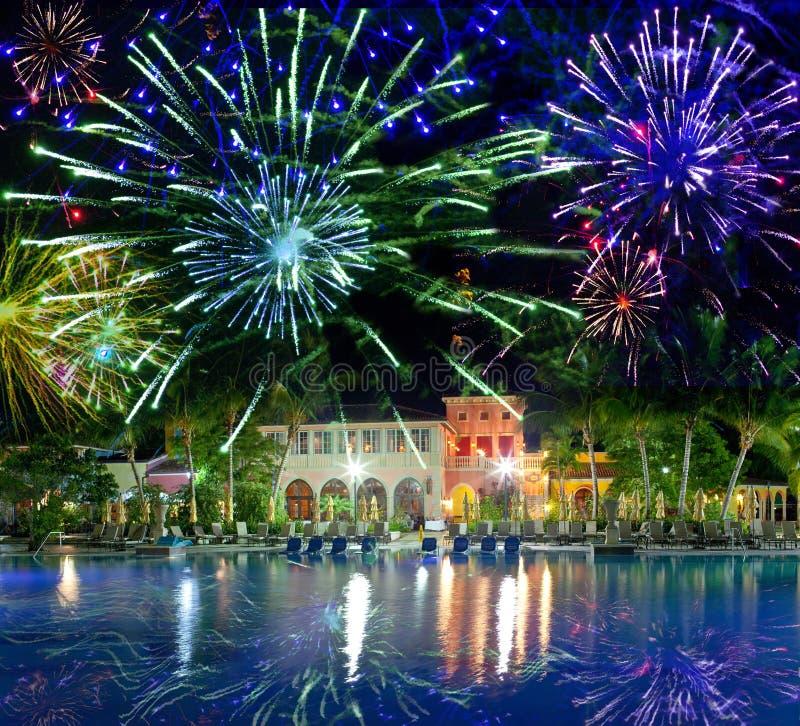 Fireworks.tropicaleiland van het feestelijke Nieuwjaar royalty-vrije stock foto's