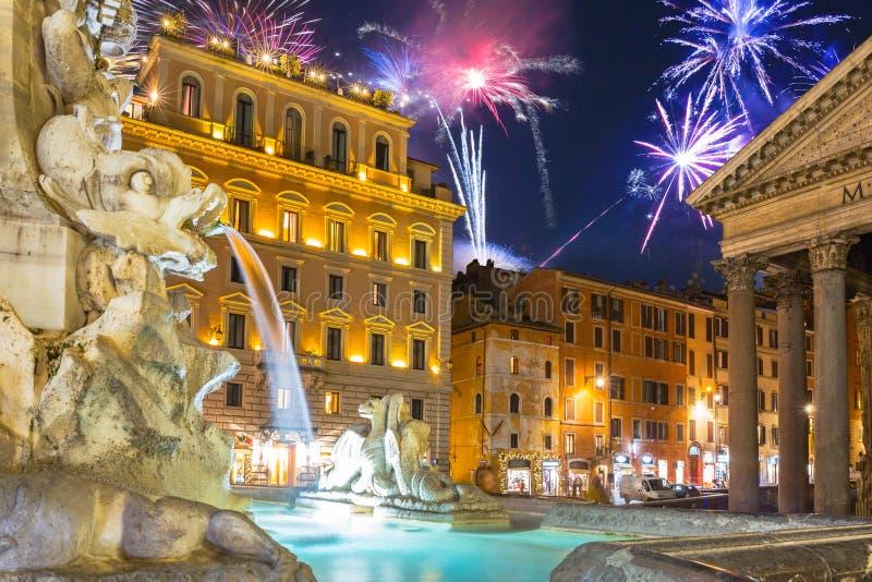 Fireworks-visning över Pantheon-fyrkanten i Rom, Italien royaltyfria bilder
