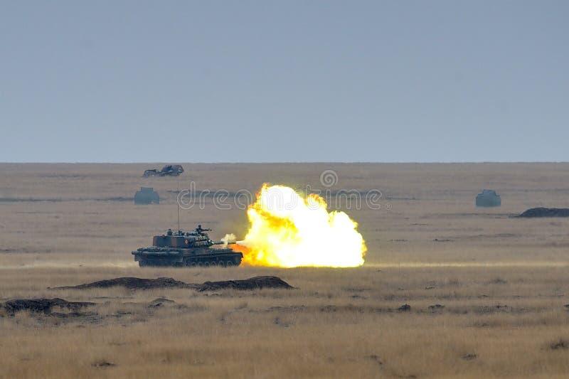 firiring在锻炼白金天猫座16的军事多角形的罗马尼亚坦克TR-85M1 免版税库存照片