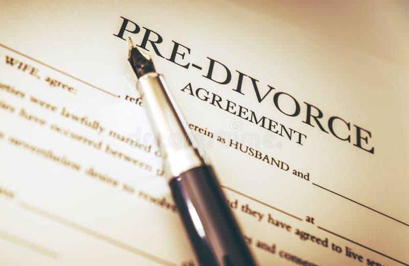Firma de los documentos del divorcio foto de archivo