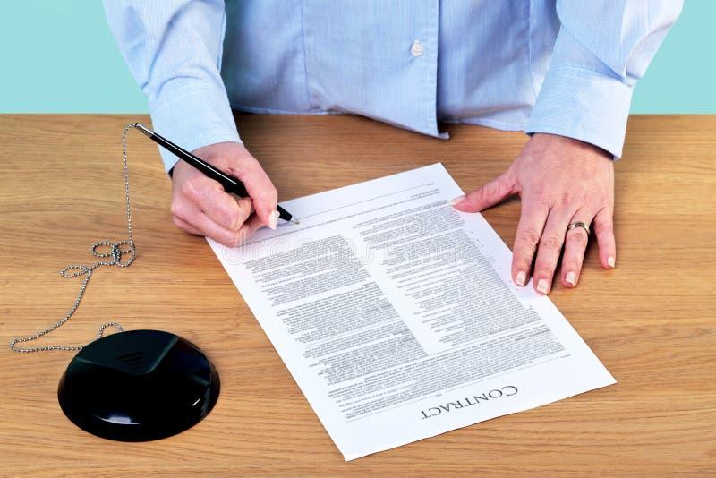 Firma de un contrato foto de archivo