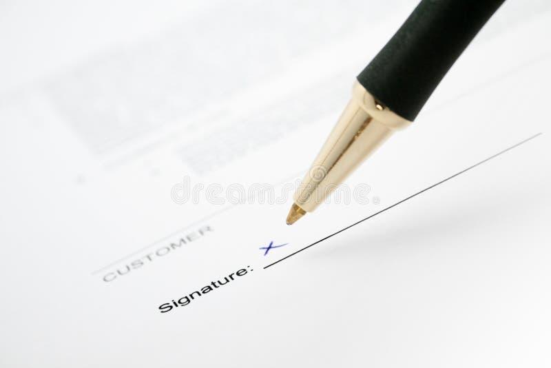 Firma de un contrato fotografía de archivo libre de regalías