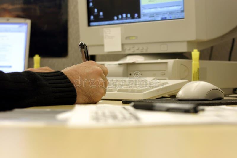 Firma de un documento en un escritorio sucio imagenes de archivo
