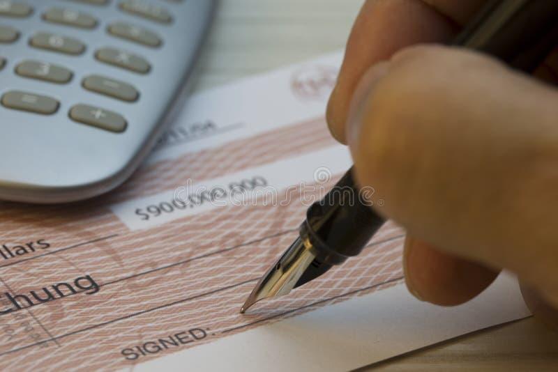 Firma de una verificación fotografía de archivo libre de regalías