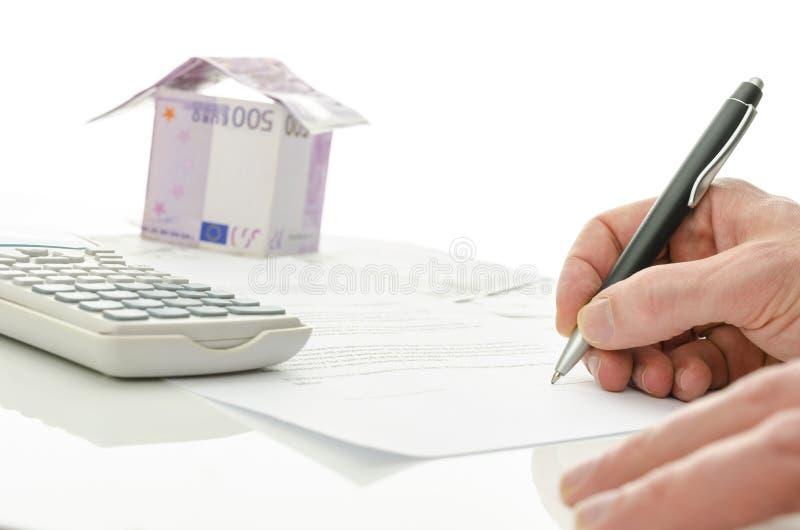 Firma del contrato de la venta de la casa foto de archivo