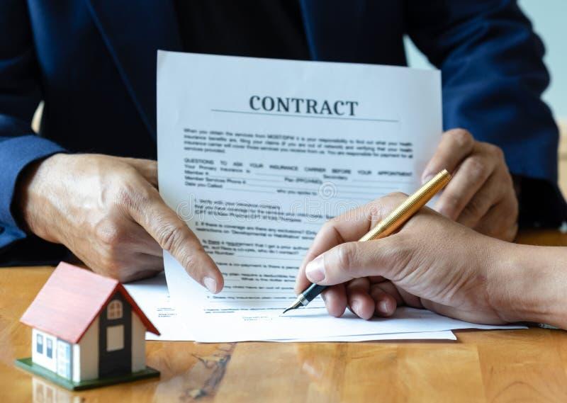 Firma del contratto di acquisto domestico fotografie stock libere da diritti