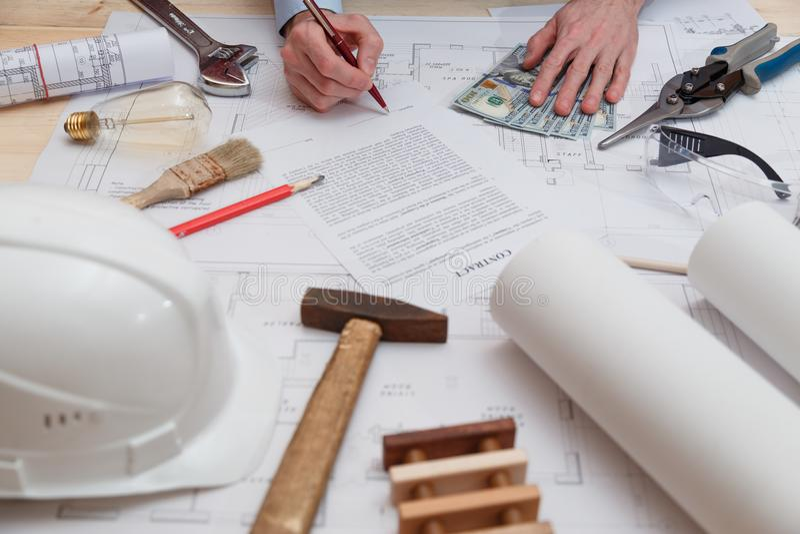 Firma del contratto e del pagamento per gli impianti di ingegneria e della costruzione immagini stock libere da diritti