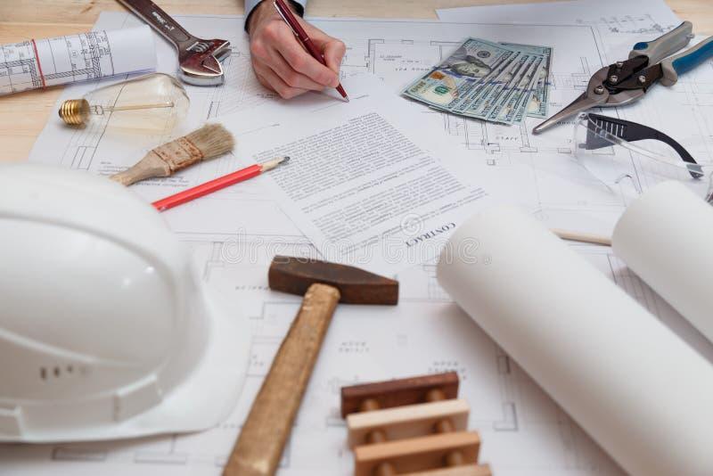 Firma del contratto e del pagamento per gli impianti di ingegneria e della costruzione fotografie stock