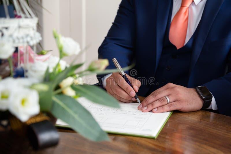 Firma del novio imagen de archivo