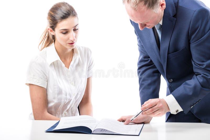 Firma della donna di affari e dell'uomo d'affari carte immagini stock