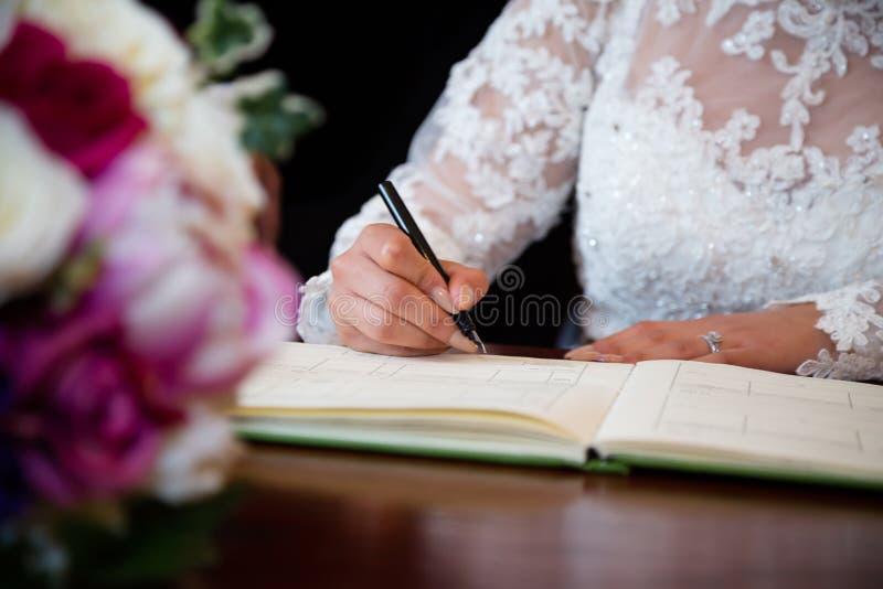 Firma della sposa fotografia stock