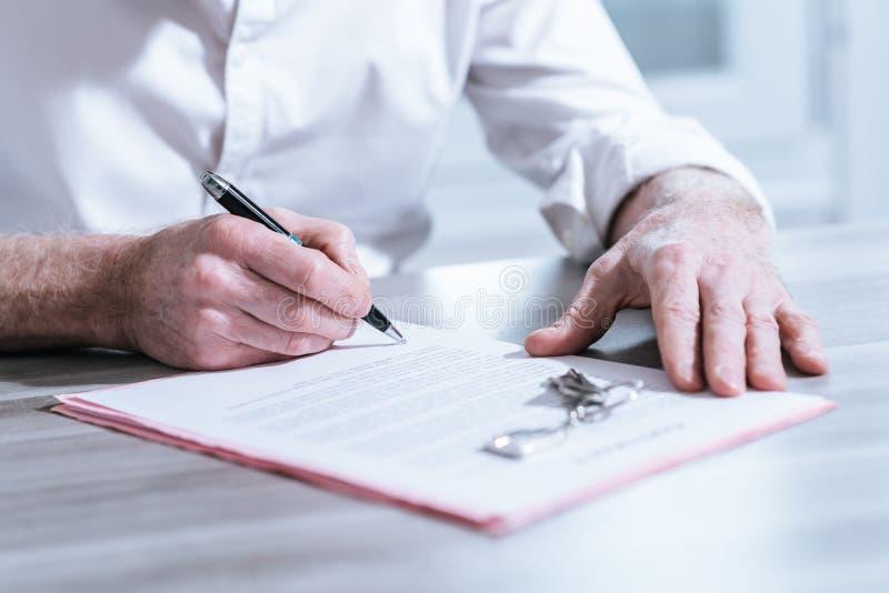 Firma di contratto del bene immobile (il testo di lorem ipsum ha usato) fotografie stock