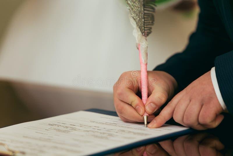 Firma di nozze alle nozze immagini stock libere da diritti