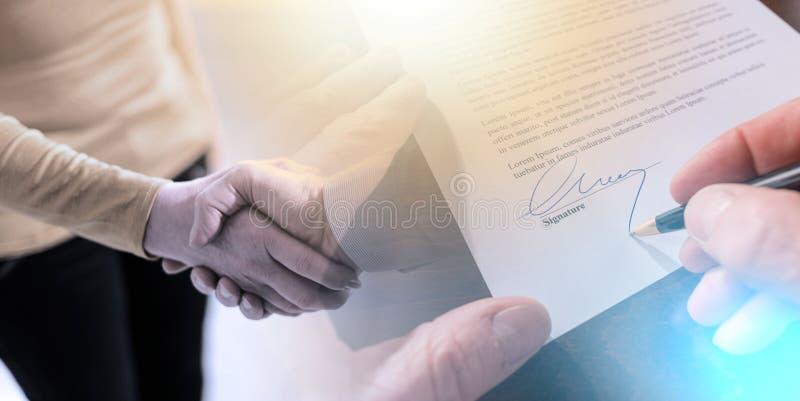 Firma di un contratto e di una stretta di mano; esposizione multipla fotografia stock