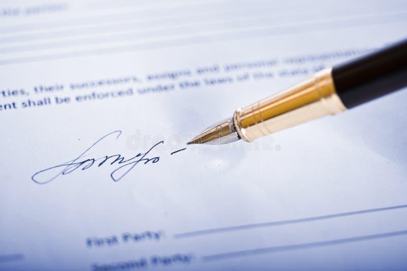 Firma e penna fotografia stock libera da diritti