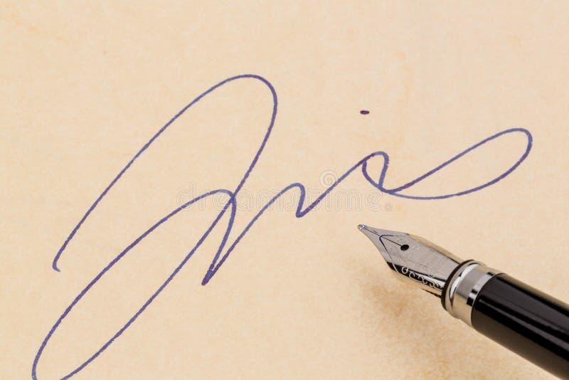 Firma e una penna stilografica immagine stock libera da diritti