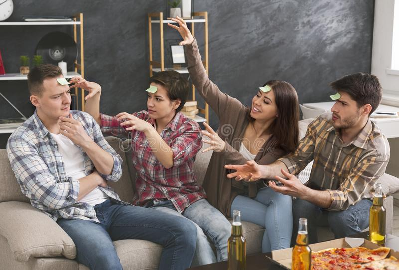Firma młodzi ludzie bawić się grę z majcherami na czole zdjęcie stock