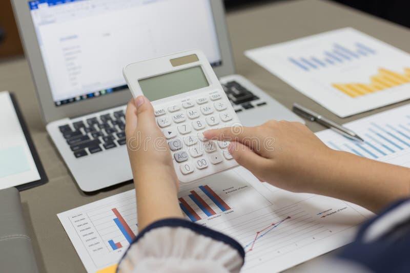 Firma pracownicy kupują produkty online i płacą przez kart kredytowych online dogodnie zdjęcia stock