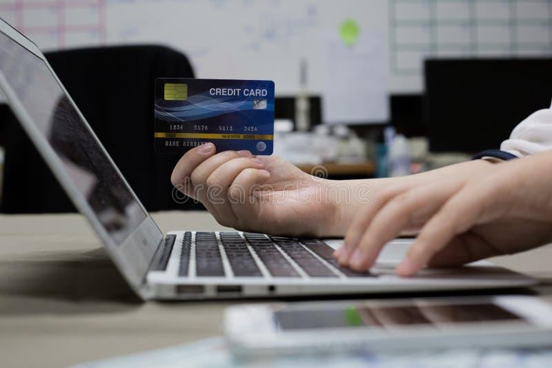 Firma pracownicy kupują produkty online i płacą przez kart kredytowych online dogodnie fotografia stock