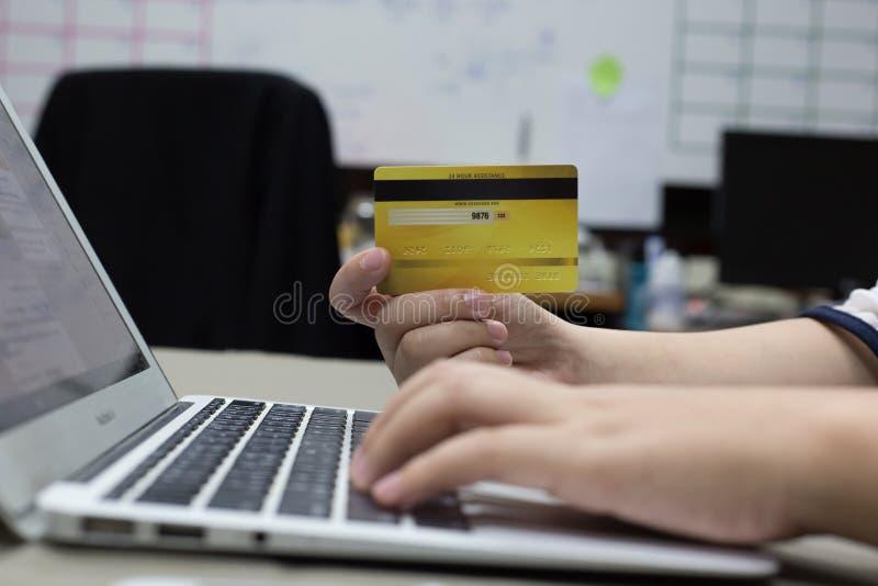 Firma pracownicy kupują produkty online i płacą przez kart kredytowych online dogodnie zdjęcie royalty free