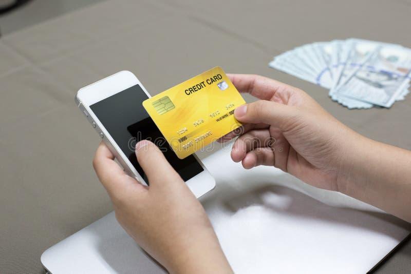 Firma pracownicy kupują produkty online i płacą przez kart kredytowych online dogodnie fotografia royalty free