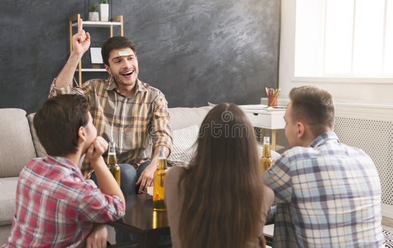 Firma przyjaciele bawić się czoło grę w domu obrazy stock