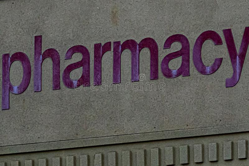Firma stampata a lettere rosse riflettenti in grassetto con la parola farmacia immagini stock