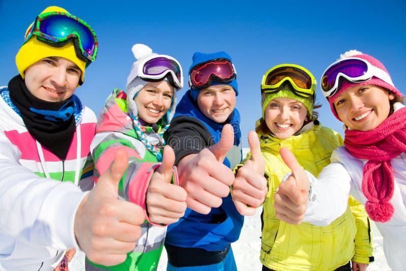 Firma von Freunden am Skifeiertag stockfoto