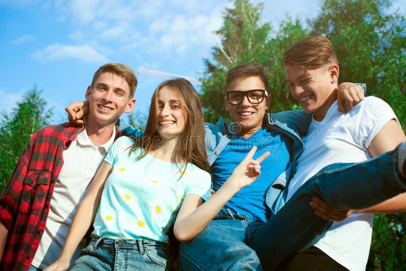 Firma von jungen Freunden stockbilder