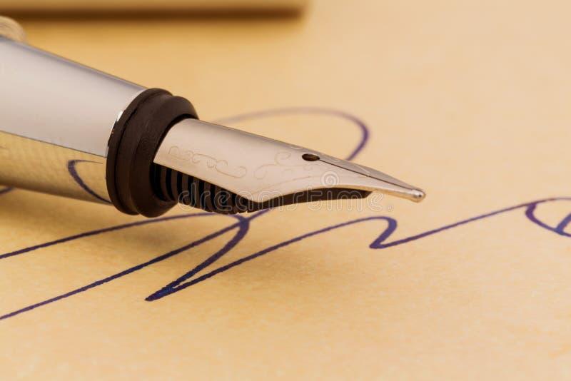 Firma y pluma imagenes de archivo