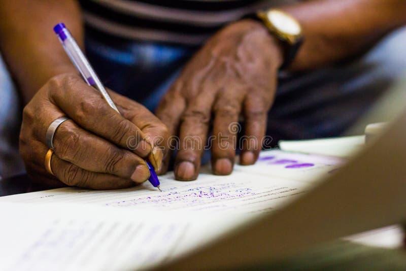 Firmando su una carta importante mani del testimone di registrazione di matrimonio fotografie stock