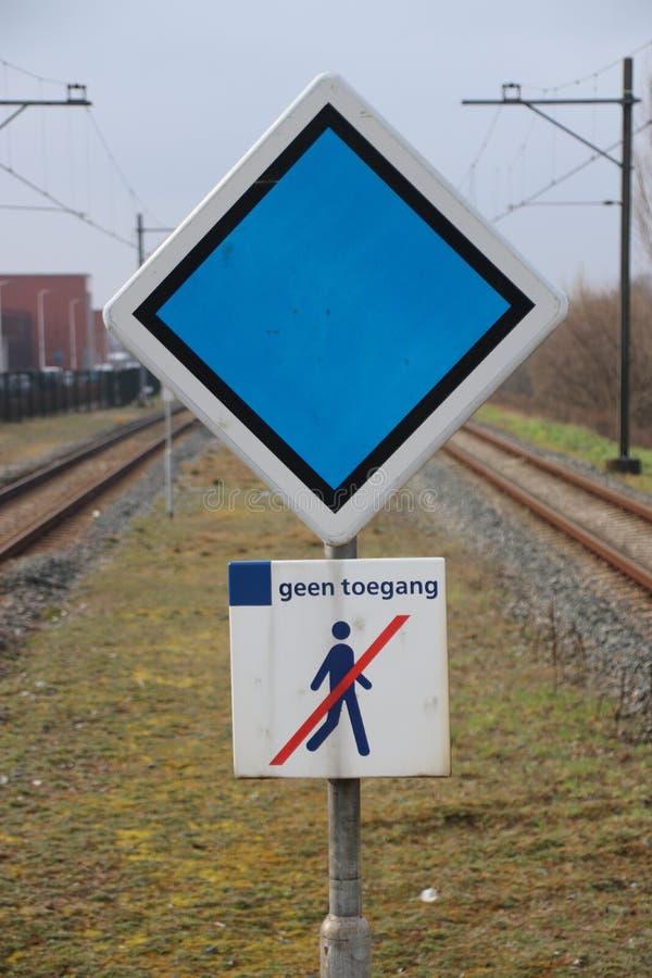 firme con el consejo de la parada para el tren y ninguna violación firma adentro el m imagen de archivo libre de regalías