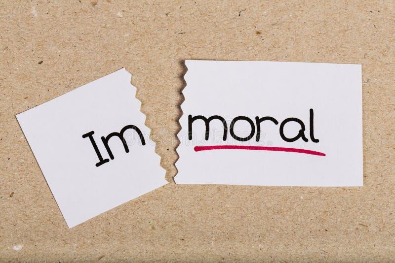 Firme con inmoral de la palabra dado vuelta en moraleja fotos de archivo