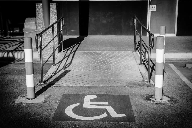 Firme con las rampas para las personas discapacitadas, imagen blanco y negro foto de archivo