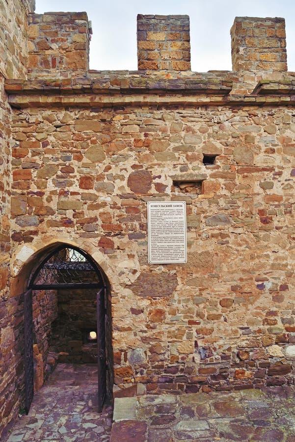 Firme el castillo consular en la pared de la fortaleza Genoese fotografía de archivo libre de regalías