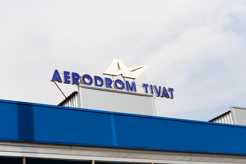 Firme el ` de Aerodrom Tivat del ` en el edificio del aeropuerto en Tivat en Montenegro fotografía de archivo libre de regalías