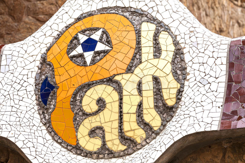 Firme el parque Guell, Barcelona, España del mosaico foto de archivo libre de regalías