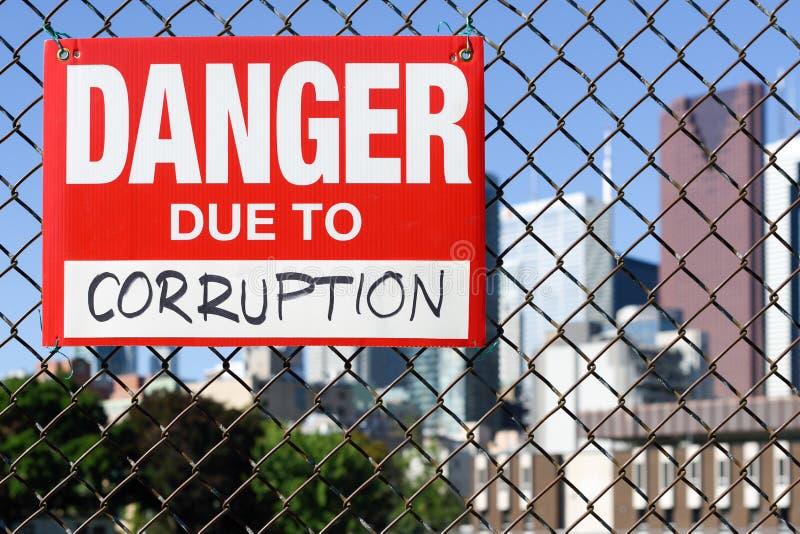 Firme el peligro debido a la ejecución de la corrupción en la cerca fotografía de archivo