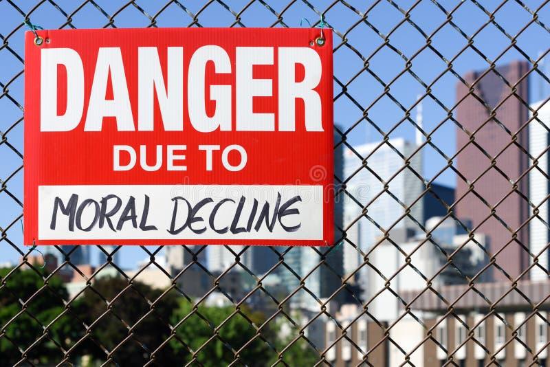 Firme el peligro debido a la ejecución moral de la disminución en la cerca imagen de archivo