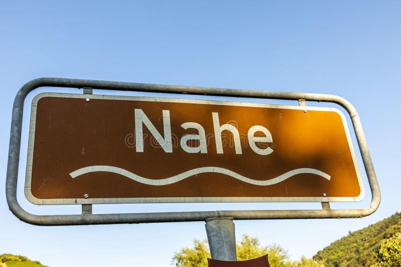 Firme el río Nahe con símbolo de la onda y color marrón como sc turístico imagen de archivo