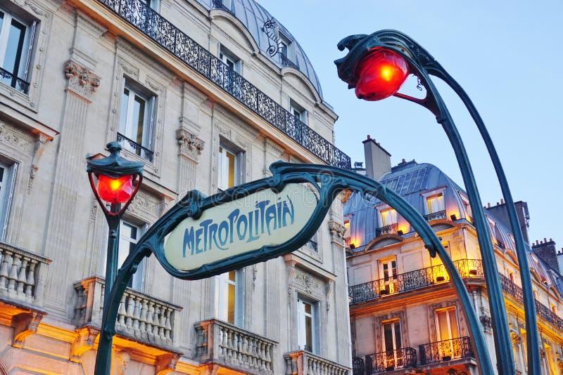 Firme en la entrada de una estación de metro de Metropolitain del metro en París, Francia imagen de archivo