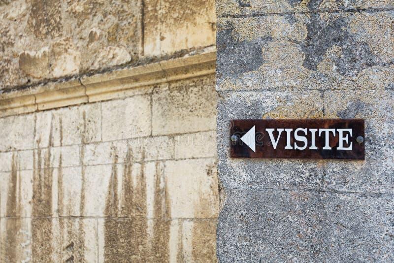 Firme en la pared de la catedral en Viviers que indique imágenes de archivo libres de regalías