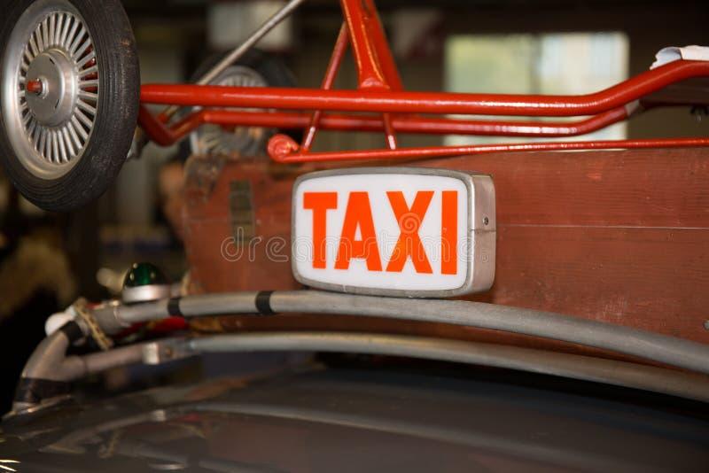 Firme fondo del vintage del taxi el viejo en el rojo fotos de archivo libres de regalías
