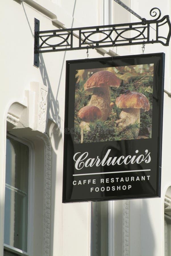 Firme fuera del café y del restaurante del ` s de Carluccio en Londres, Reino Unido imagen de archivo
