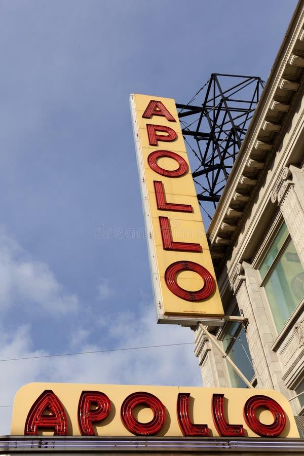 Firme fuera del teatro de Apolo en Harlem, Nueva York imagen de archivo