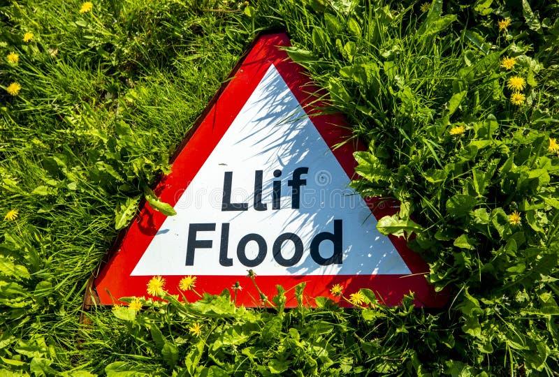 Firme la advertencia en galés e inglés de una inundación fotografía de archivo libre de regalías