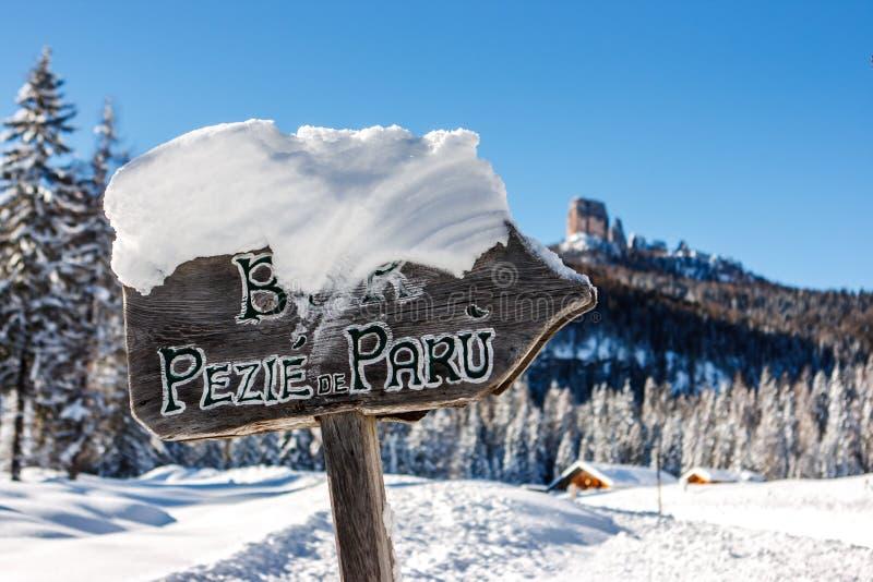 Firme a la choza del ¹ de Peziè de ParÃ, ` Ampezzo, Italia de la cortina D foto de archivo libre de regalías