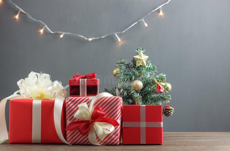 Firme la decoración y los ornamentos del concepto de la Feliz Navidad y de la Feliz Año Nuevo imagenes de archivo
