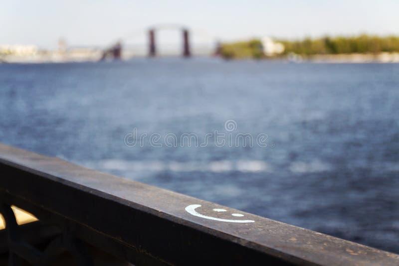 Firme la sonrisa dibujada en una pared de piedra, en la falta de definición fotografía de archivo